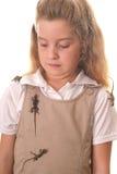 Petite fille agrégée à l'extérieur par des lézards Photos stock