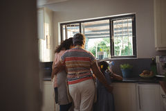 Petite fille aidant la mère et la grand-mère pour laver l'ustensile dans la cuisine Photos libres de droits