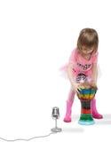 Petite fille allant jouer sur Djembe photographie stock