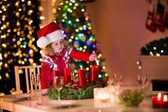Petite fille allumant des bougies au dîner de Noël Images libres de droits