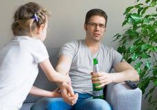Petite fille appelle le papa pour jouer Photos libres de droits