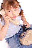 Petite fille appelle le vieux téléphone Images libres de droits