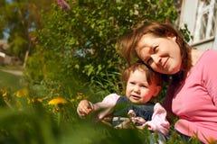 Petite fille appréciant la durée avec sa mère Photographie stock libre de droits