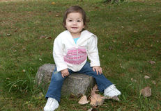 Petite fille appréciant l'extérieur Image libre de droits