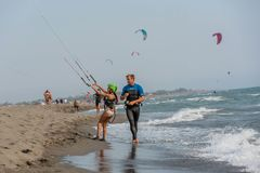 Petite fille apprenant au kitesurf photo stock