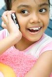 Petite fille asiatique à l'aide du portable Photo libre de droits
