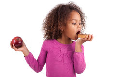 Petite fille asiatique africaine mangeant un gâteau de chocolat Photos stock