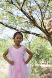 Petite fille asiatique avec l'arbre près de la lagune Image stock