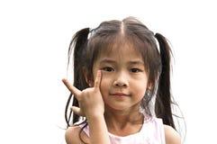 Petite fille asiatique avec le signe d'amour de main. Photos libres de droits