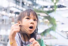 Petite fille asiatique dans les magasins de luxe Photographie stock libre de droits