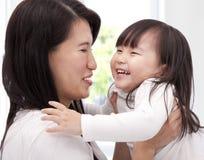 Petite fille asiatique heureuse et sa mère Images libres de droits