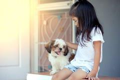 Petite fille asiatique mignonne avec son chien de Shih Tzu Images stock