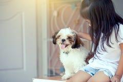 Petite fille asiatique mignonne avec son chien de Shih Tzu Photos stock