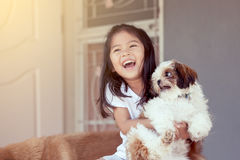 Petite fille asiatique mignonne avec son chien de Shih Tzu Image libre de droits