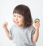 Petite fille asiatique mignonne jouant les maracas photographie stock libre de droits