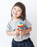 Petite fille asiatique mignonne jouant les maracas photos libres de droits