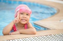 Petite fille asiatique mignonne sur le costume de bikini Photos libres de droits