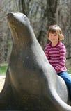 Petite fille asitting sur l'expert en logiciel Photographie stock