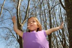 Petite fille aspirant la lucette Photo stock