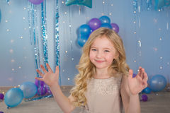 Petite fille assez blonde photographie stock libre de droits
