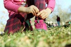 Petite fille attachant des dentelles extérieures Images libres de droits