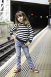 Petite fille attendant le train photo stock