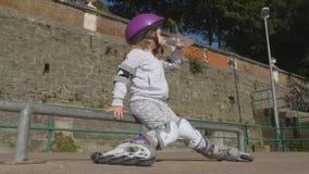 Petite fille attirante dans un casque et une vitesse protectrice banque de vidéos