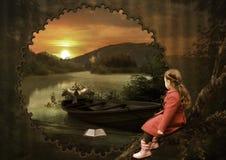 Petite fille au coucher du soleil photo stock
