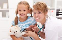 Petite fille au docteur image stock