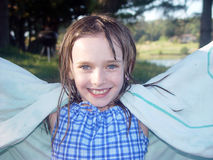 Petite fille au lac Images stock