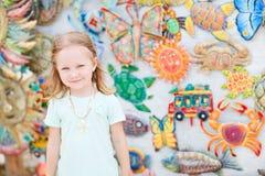Petite fille au marché de métiers Photos libres de droits