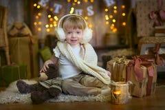 Petite fille au réveillon de Noël images libres de droits