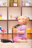 Petite fille au téléphone Photo stock