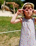 Petite fille au zoo images stock