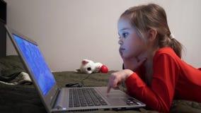 Petite fille aux bandes dessinées de observation de nuit banque de vidéos