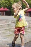 Petite fille aux fontaines image libre de droits
