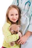 Petite fille aux médecins Photo libre de droits