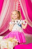 Petite fille avec amour de mot dans la jupe rose Photographie stock