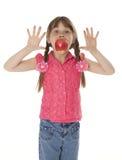 Petite fille avec Apple Image stock