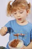 Petite fille avec de la crème de chocolat Photographie stock