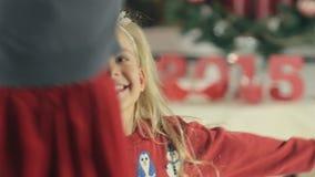 Petite fille avec de longs cheveux blonds et yeux bleus banque de vidéos