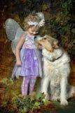 Petite fille avec des ailes et un chien Photo libre de droits