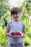 Petite fille avec des baies dans des mains Images libres de droits