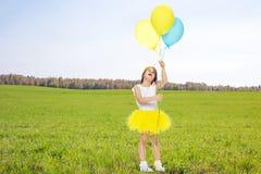 Petite fille avec des ballons dans des ses mains photo libre de droits
