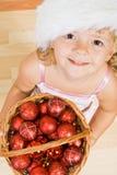 Petite fille avec des billes de Noël Photographie stock libre de droits
