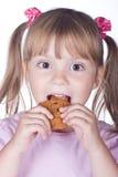 Petite fille avec des biscuits de farine d'avoine Photographie stock