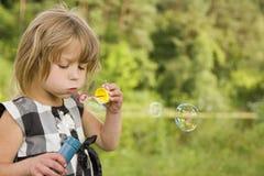 Petite fille avec des bulles de savon Images stock