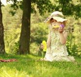 Petite fille avec des bulles de savon Images libres de droits