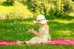 Petite fille avec des bulles de savon Photos libres de droits