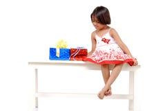 Petite fille avec des cadeaux de Noël Photo libre de droits